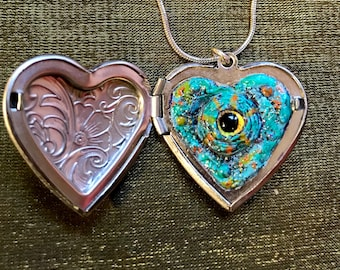 "Chameleon eyeball locket (1-1/8""x1-1/8"" heart-shaped locket + 18"" silver snake chain necklace)"
