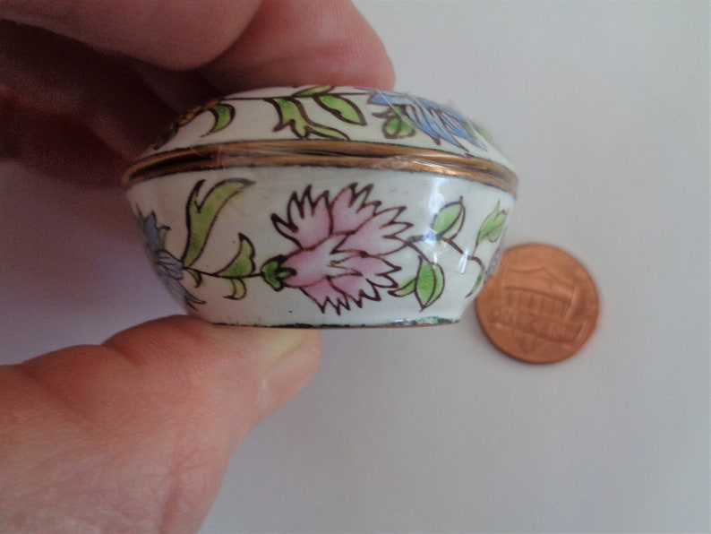 Pics Easter Gift Mint Vintage Chinese Hand Painted White  Enamel 1.75 Circular  Floral Ring Box Pill Container For Her Knick Knack