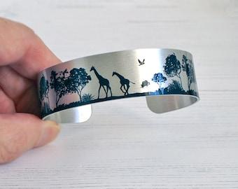 Giraffe cuff bracelet, personalised metal bangle, artistic gifts with giraffes. (505)