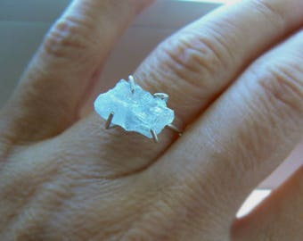 Raw aquamarine gemstone ring- Sterling silver aquamarine ring- Size 7 rough gemstone ring- Blue crystal trendy ring - Women jewelry gift
