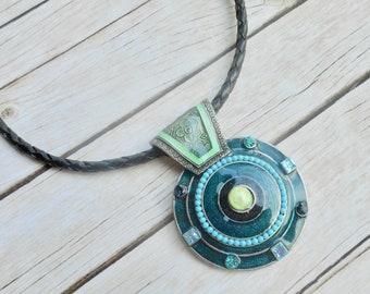 Handgemaakte sieraad leren halsketting geëmailleerde blauwgroene hanger unieke zelfgemaakte sieraden zwart leer uniek dames mode cadeau