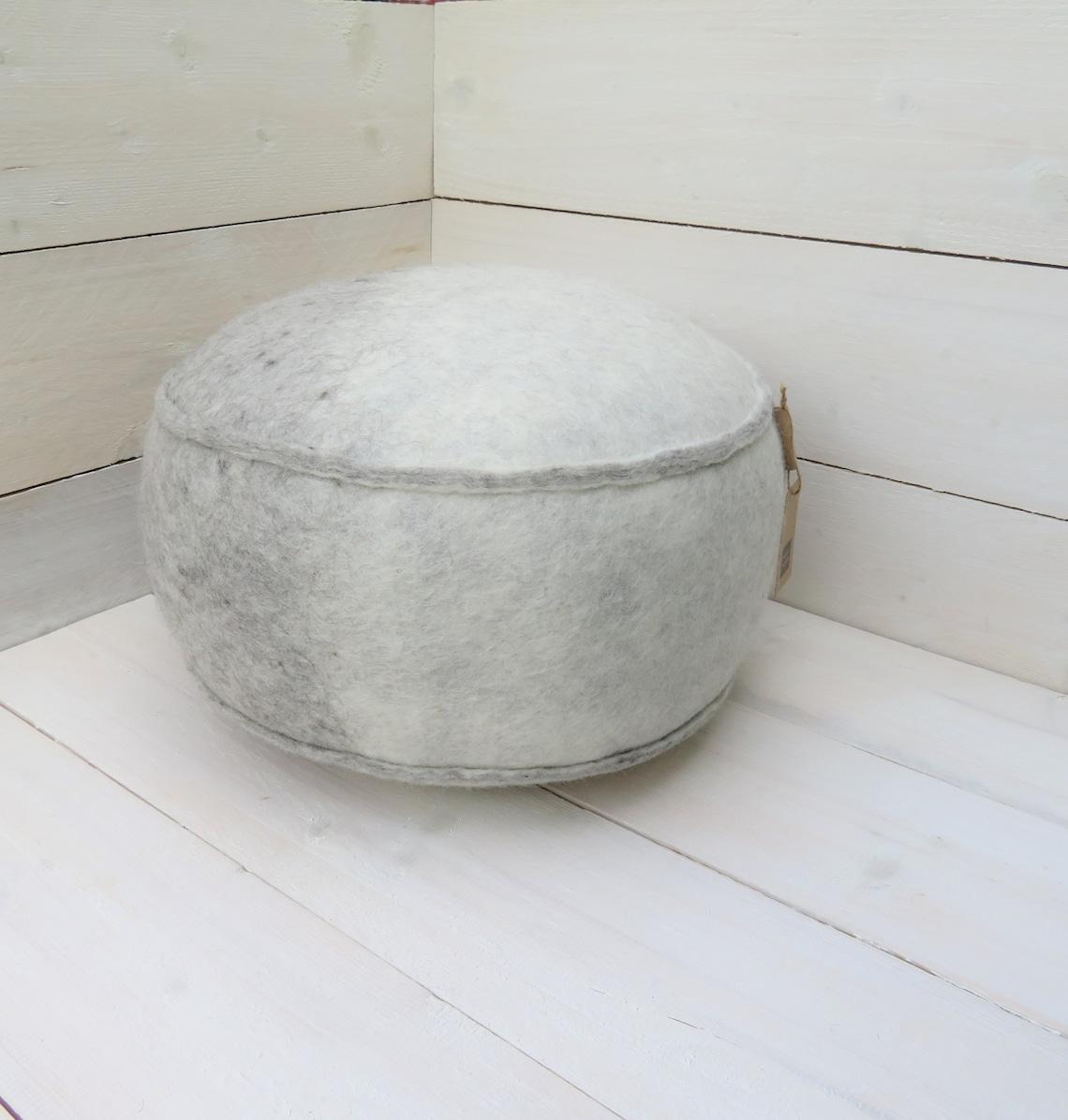 Unique footstool Ø 50 cm (handgevilt baize)