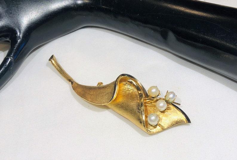 Pretty  Vintage Francios Brushed Gold Tone Faux Pearl Flower Stem Brooch
