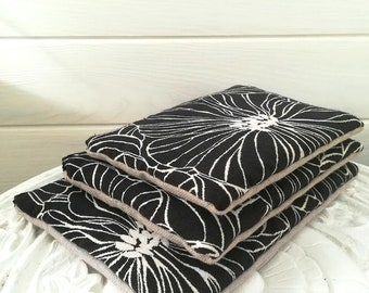 Pochette plate   trousse zippée   pochette main   rangement sac   motif grandes fleurs dorées   noir   lin   polyester  pochette molletonnée