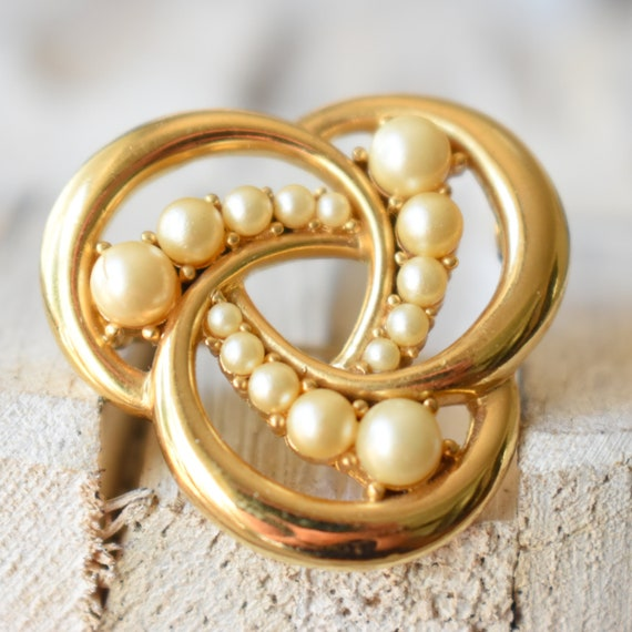 Vintage Trifari gold pearl brooch Gift for women - image 3