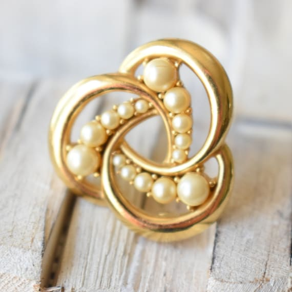 Vintage Trifari gold pearl brooch Gift for women - image 4