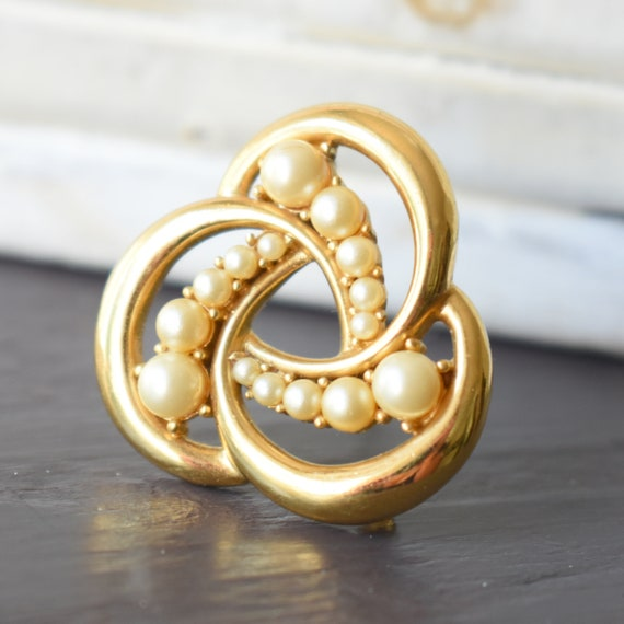 Vintage Trifari gold pearl brooch Gift for women - image 6