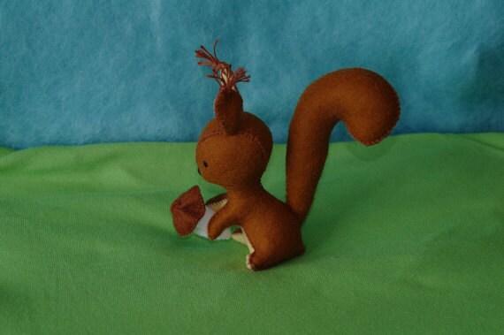 Waldorf écureuil avec poupée champignon, fait à la main à partir de matériaux naturels