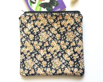 Daisy Print Zipper Pouch / Purse Organizer Insert / Travel Pouch / Makeup Bag / Eco-Friendly Purse / Repurposed Fabirc Bag