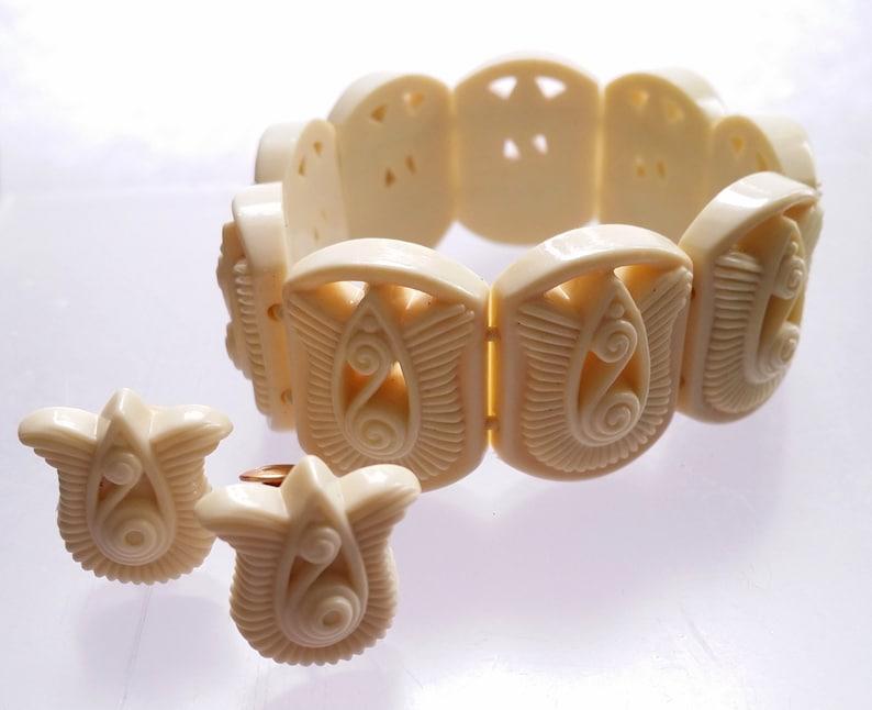 Avon Gracious Tulips Clip Earrings /& Stretch Bracelet Lucite Faux Ivory Vintage Women/'s Costume Jewelry