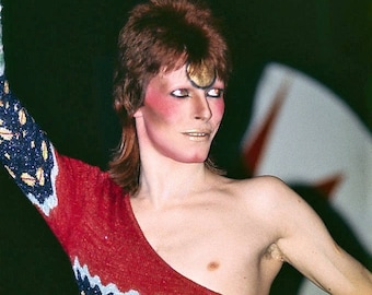 David Bowie iconic 1972 pose in full Ziggy Stardust make up and outfit