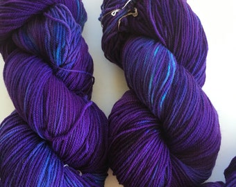 Hand dyed unique colors Targhee sock yarn skein, 3 ply fingering yarn, 4 ounce skein Targhee/ nylon 90/10% domestically produced Luce Knots
