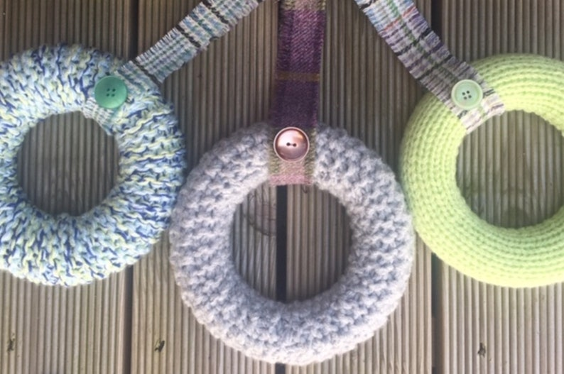 new home gift birthday gift bedroom decor chunky yarn Knitted wreath with tweed and button