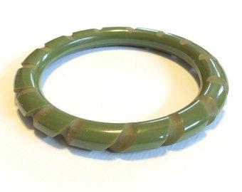 vintage BAKELITE deeply carved green BANGLE BRACELET round