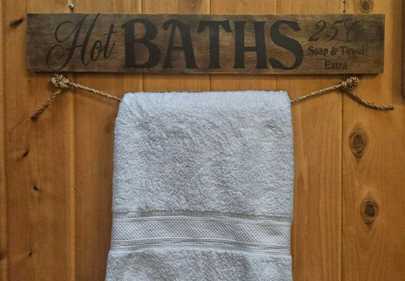 Porta Asciugamani Da Bagno In Legno : Caldo bagni rustico porta asciugamani bagno segno segno di etsy