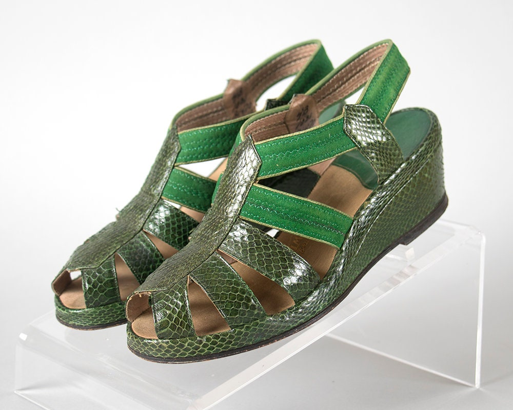 Vintage 1940s Shoes | Strappy 40s Green Snakeskin Suede Strappy | Cage Peep Toe Wedge Sandals (size 4) f2cdc7