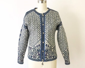 5863651270 1980s Nordic Ski Sweater Blue White Petite M   80s Intricate Intarsia Knit  Cardigan   Vintage Metal Button Sweater