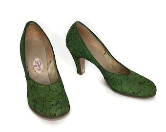 1950s Kelly Green Heels / Emerald Embroidered Pumps / 50s Green Round Toe Shoes size 7.5 AA Narrow