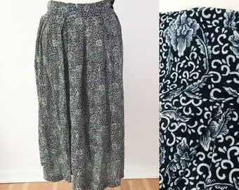 SIZE 18 / 1X Vintage AKF Woman Blue And White Floral Rayon Gauze Culottes Side Pocket Pant 18