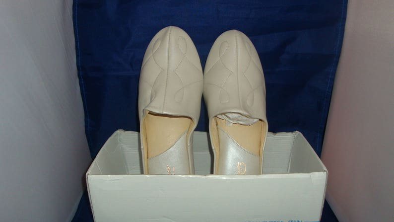 08dc2f92bc2f4 Vintage David Nieper by Relax Classic Oyster Pearl Leather Slippers/House  Shoes Size 8