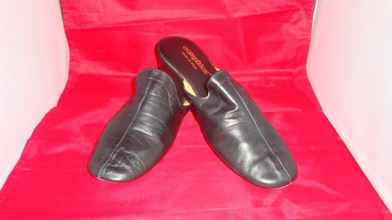 b270bb4c3ec2 Vintage OOmphies Granada Classic Gloss Black Leather Slippers