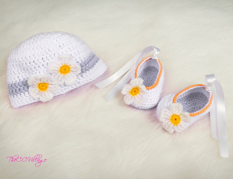 857f294deb7 Crochet baby hat and shoes set Newborn Baby girl Shoes and
