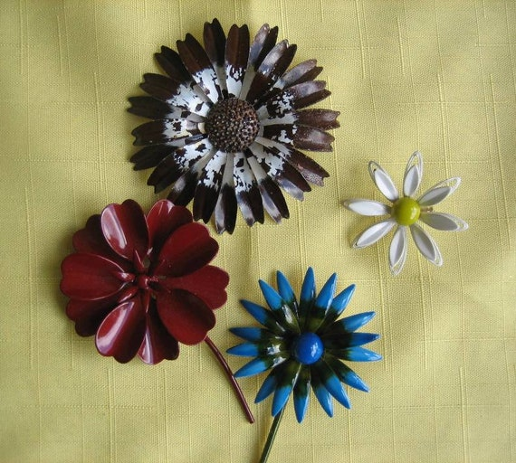 Set of 4 Vintage enamel flower pins brooches daisy