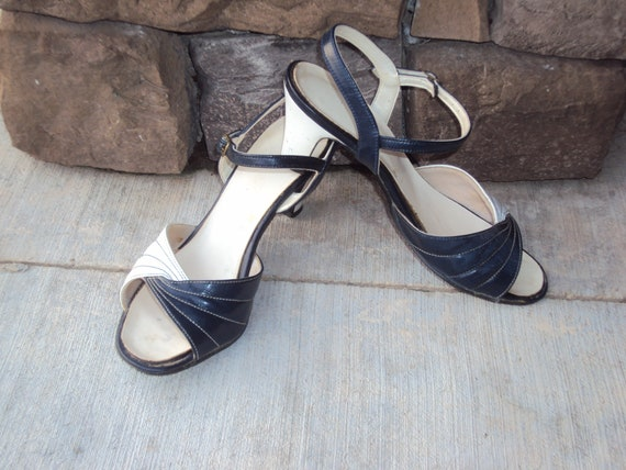 Mid Century Womens Two Tone Hush Puppies Pin Up Peep Toe Sandals Size 5.5 6 Navy BlueWhite Pin Up HeelsHush Puppies Ankle Strap Sandals