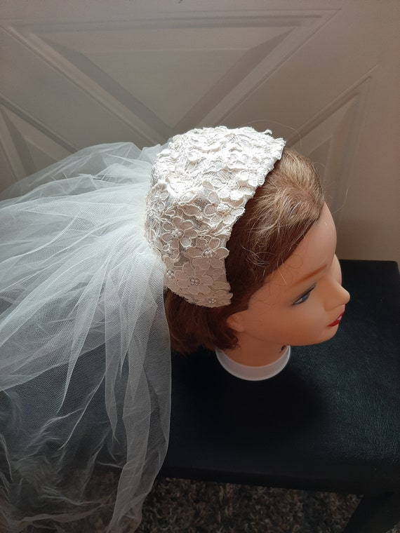 Mid Century Womens Ivory Beaded Lace Cap Tulle Wed