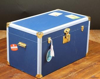 Blue flat trunk with key / trunk.