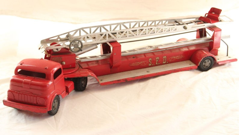 Structo 1940's-50's metal fire truck.  Tractor trailer image 0