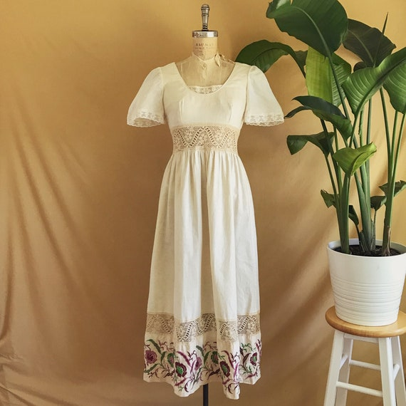 Vintage 1970s Floral Embroidered Neutral Cotton Bo