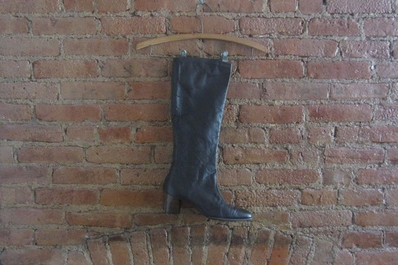 1970s knee high brown leather boots | Size 8