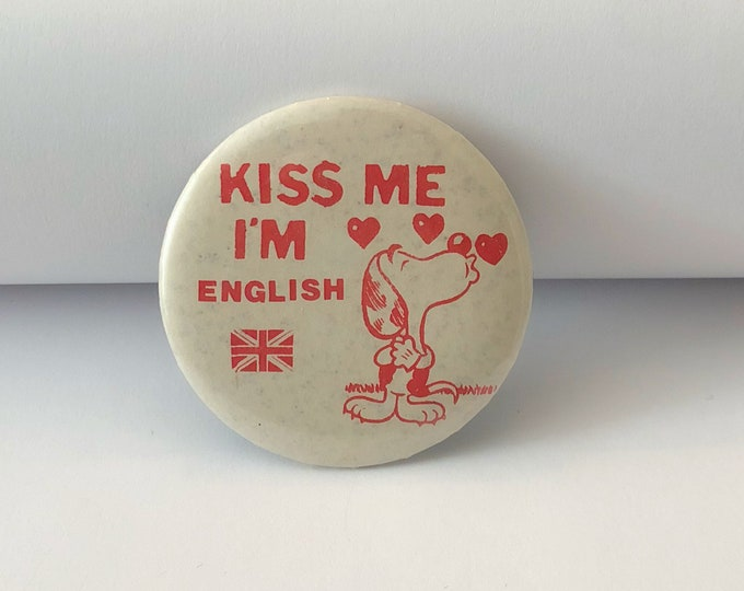 "Vintage ""KISS ME I'm ENGLISH"" Pin Back Button Snoopy Dog"