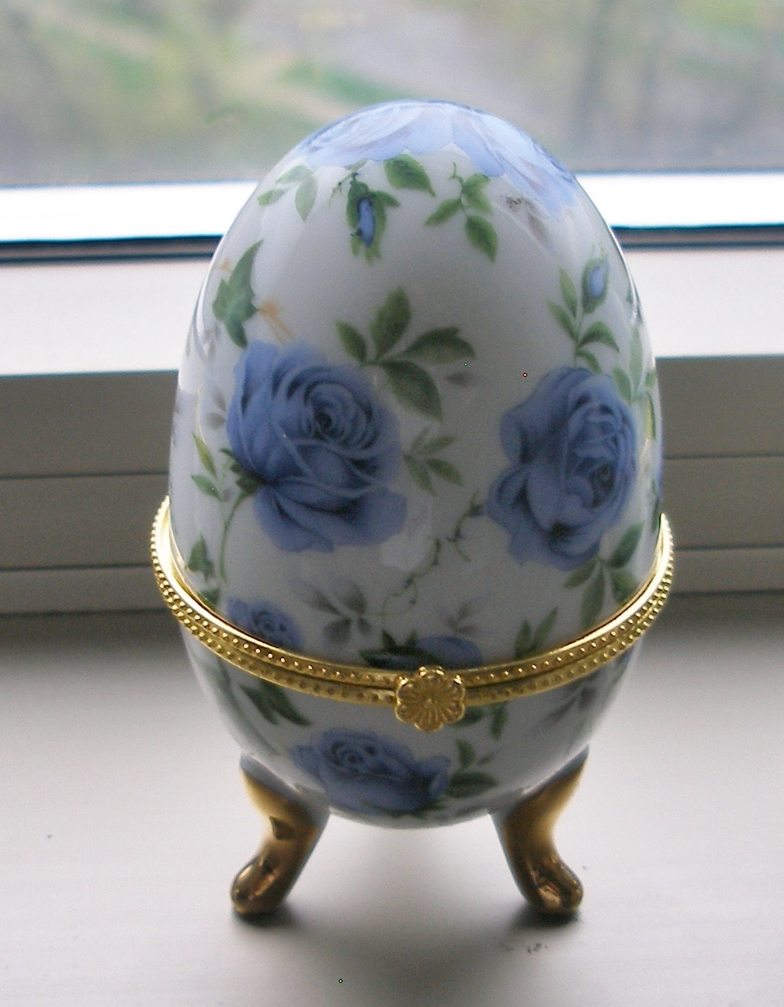 PORCELAIN BLUEROSE LIMOGES Type Egg