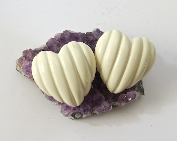 80's Heart Earrings / Plastic Heart Stud Earrings / Cream Colored Earrings / 1980's Oversize Statement Earrings / Kawaii Studs
