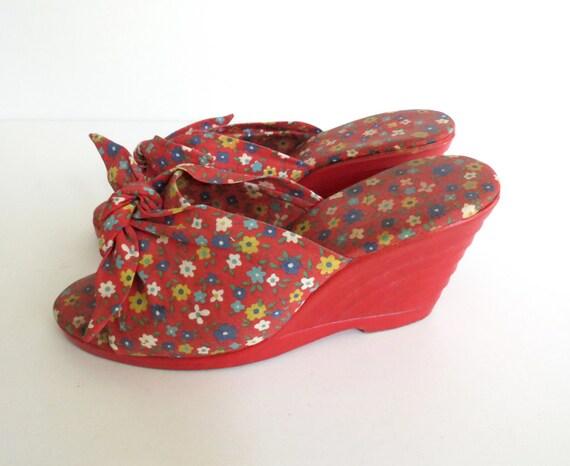 Red Floral Sandals / Bow Wedges / 1970's Platform Sandals / Size 4 5 / Open Toe Wedges / Rockabilly Sandals / Hippie Heels / 70's Shoes