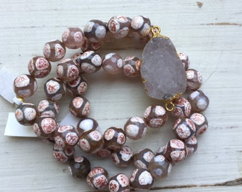 Gold Plated Natural Druzy Stone with Light Pink/Peach Giraffe Agate Beaded Bracelet Set.