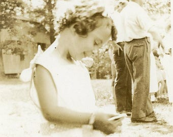 Original Black & White Photograph 1940s  a cute Girl ~ B140 USA