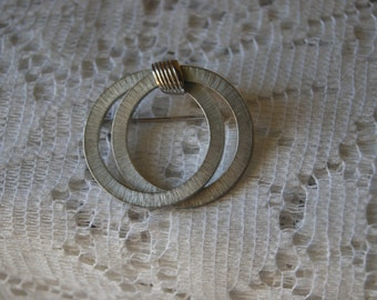 Vintage Giovanni Silver Tone Brooch Double Intersecting Interlocking Rings Connected Circles Brushed Silver 1980s Costume Jewelry & Giovanni jewelry   Etsy