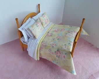 Dolls House 12th Gettare /& 2 Cuscini set di biancheria da letto doppio