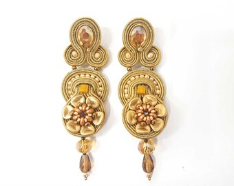 Dangle soutache earrings. Beige and gold tone embroidery earrings. Summer bijoux made in Italy. Light and fashion earrings handmade