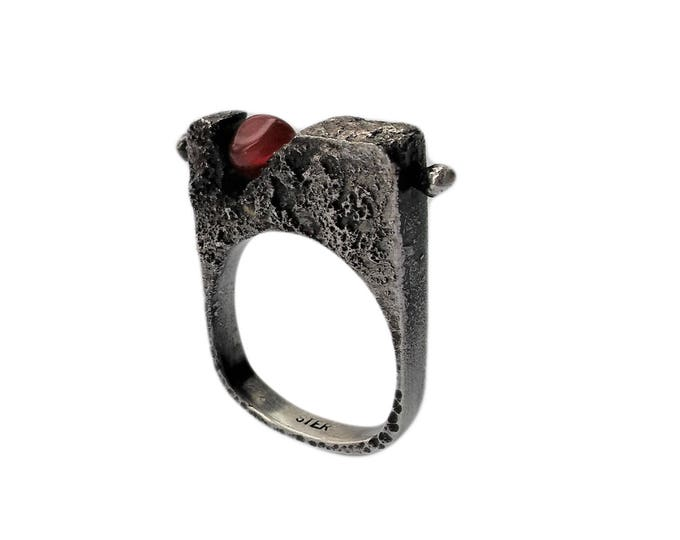 Sterling silver ring, original, rustic, oxidated, modern, contemporary, red agate bead, deep crevasse, volcano, made in quebec, size 7.5