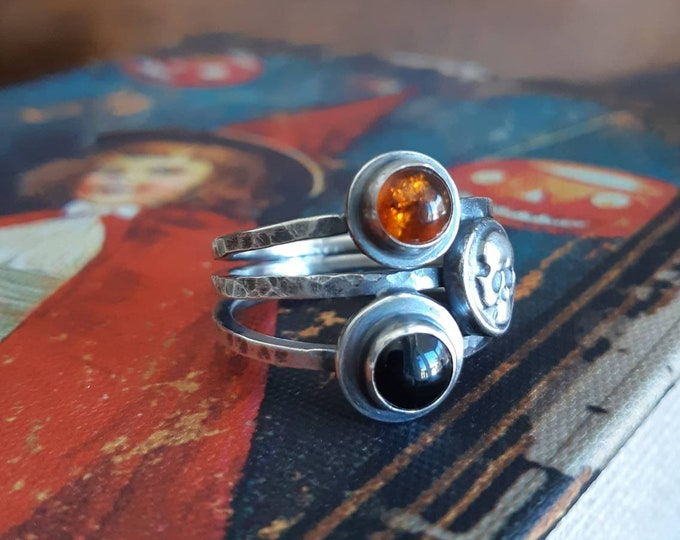 Skull sterling silver ring , hammered skull ring, rustic oxidized skull ring, onyx amber ring, triple band ring, witchy jewelry, gothic ring