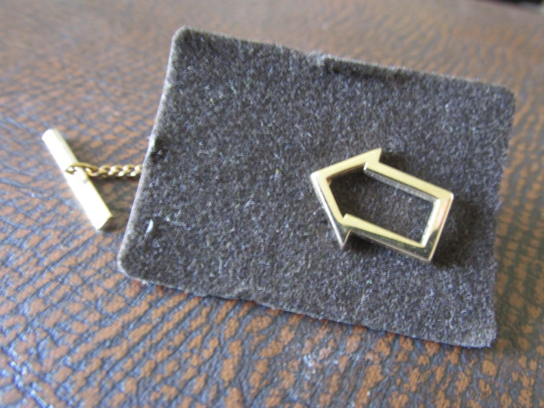 Vintage SWANK Arrow Outline TIE TACK with Chain New Old Stock in Box Polished Gold Tone Setting Collectible Gift Unique Sign Pointer