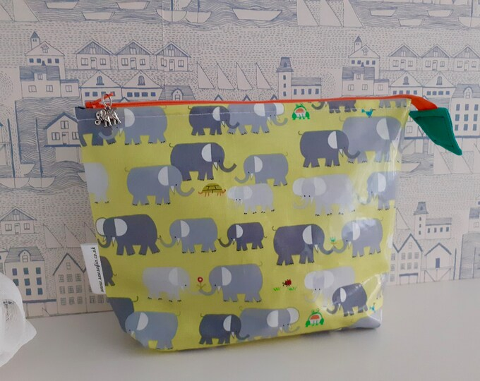Elephants medium wash bag