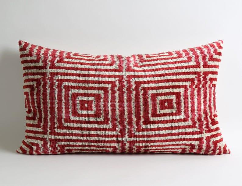 Divano Rosso Cuscini : Cuscini di ikat accento rosso cuscino throw pillow etsy