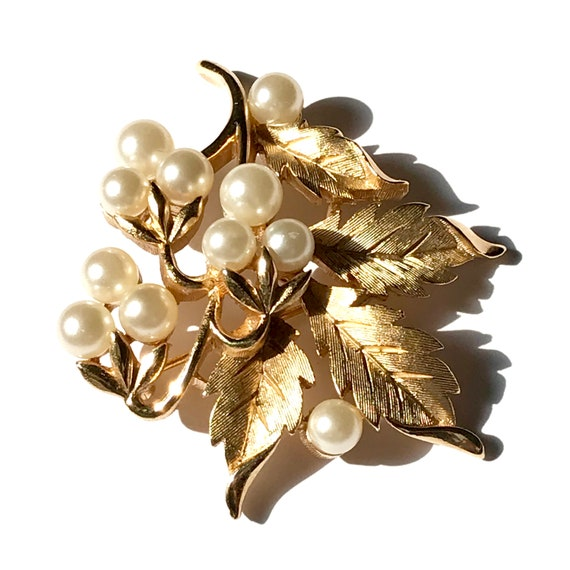 Vintage Trifari Pearl Brooch, Gold Tone Costume J… - image 7