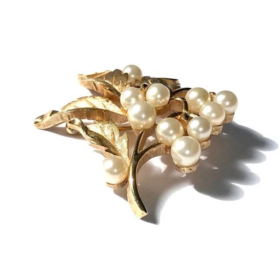Vintage Trifari Pearl Brooch, Gold Tone Costume J… - image 4