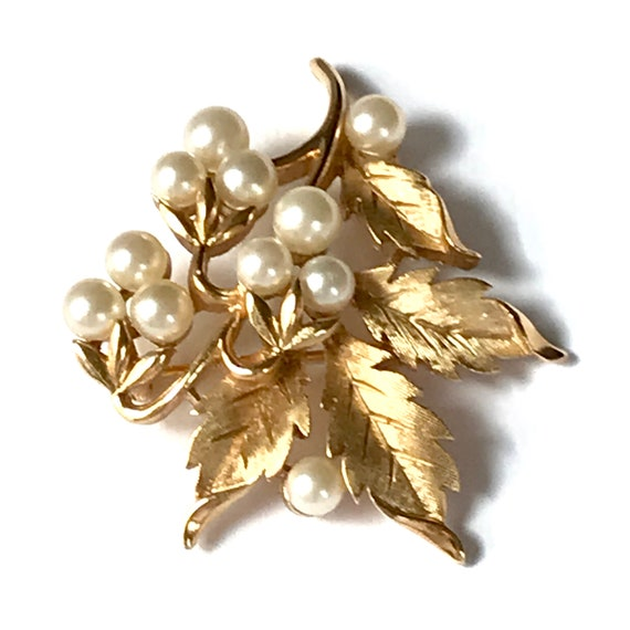 Vintage Trifari Pearl Brooch, Gold Tone Costume J… - image 5